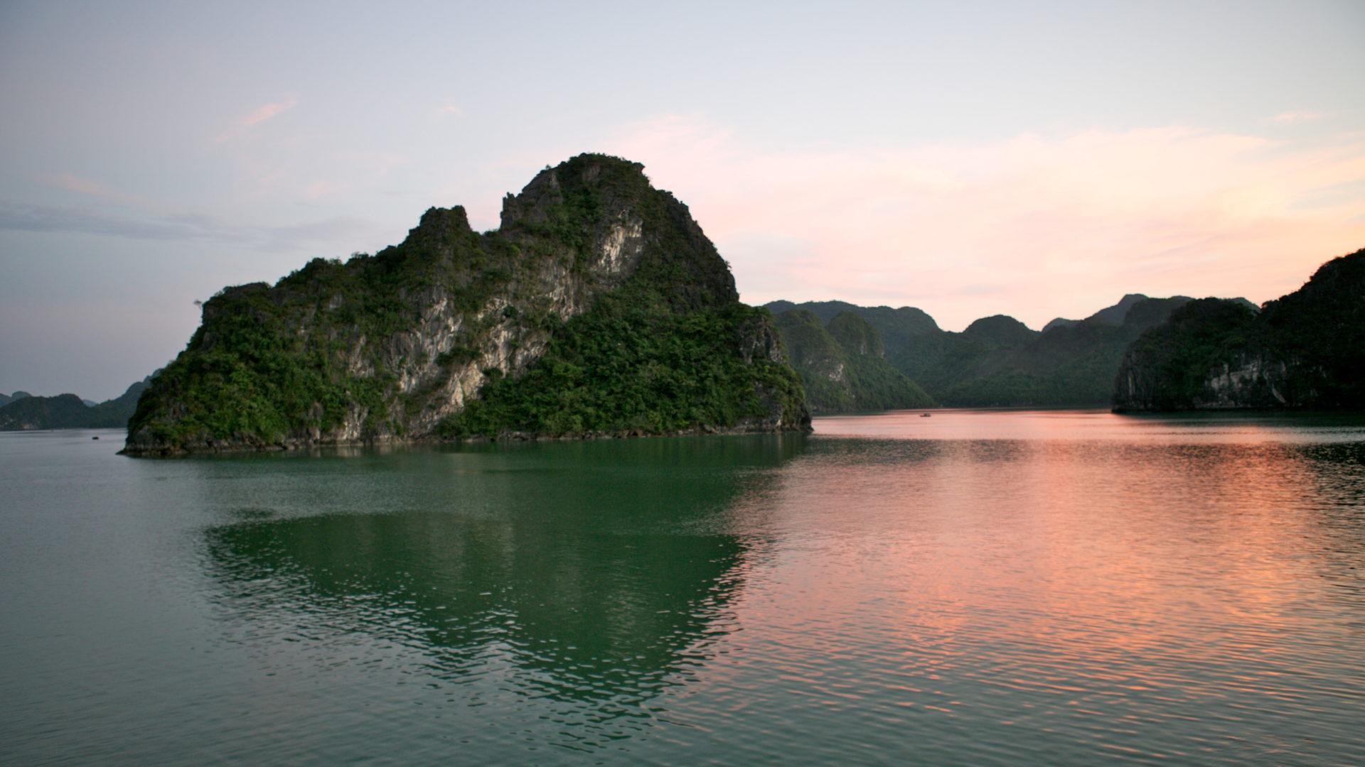 https://nature.new7wonders.com/wonders/ha-long-bay-vietnam/